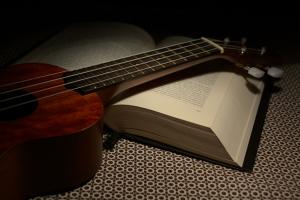 Ukulele und Buch